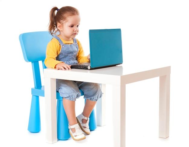 Mała dziewczynka korzystająca z laptopa