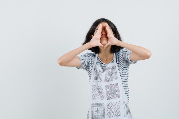 Mała dziewczynka krzyczy lub mówi tajemnicę w koszulce