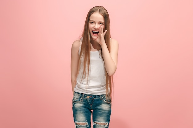 Mała dziewczynka krzyczy na białym tle na różowej ścianie