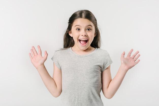 Mała dziewczynka krzyczy z podnieceniem w studiu