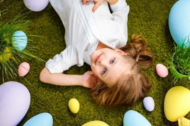 Mała dziewczynka leży w jajach