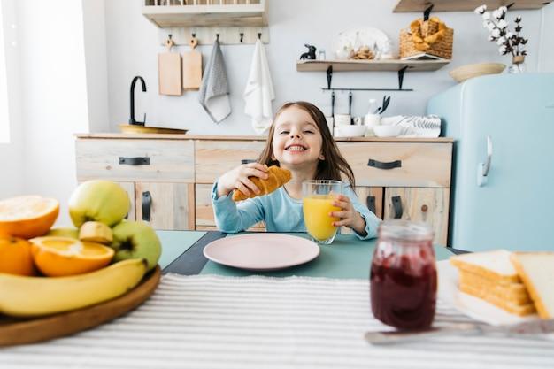Mała dziewczynka ma jej śniadanie