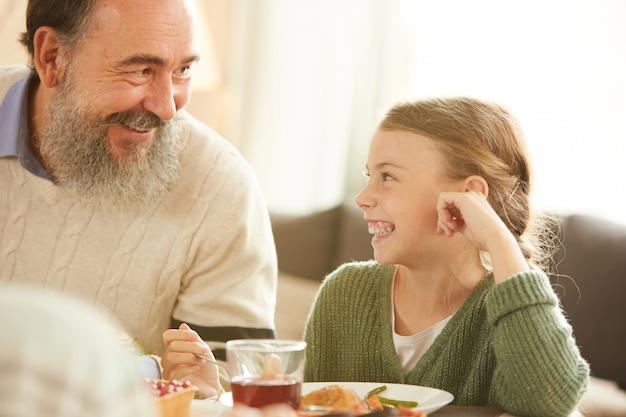 Mała dziewczynka ma obiad z dziadkiem