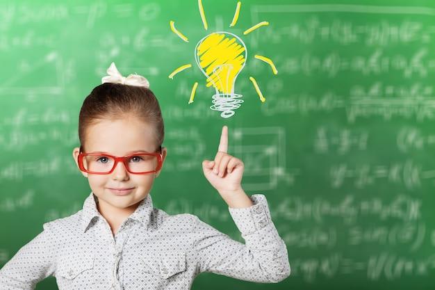 Mała dziewczynka ma pomysł, koncepcja edukacji