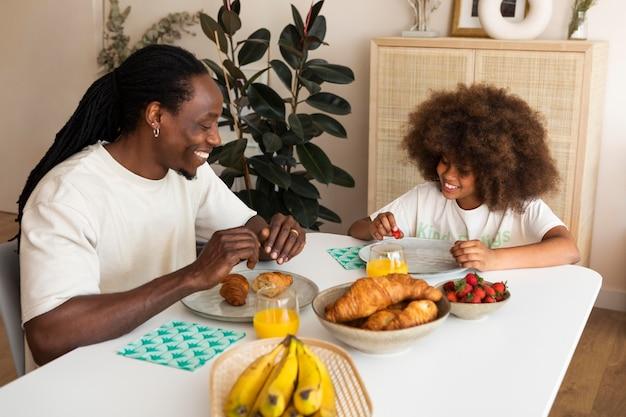 Mała dziewczynka ma śniadanie z ojcem