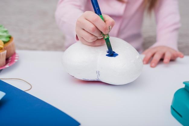 Mała dziewczynka maluje serce