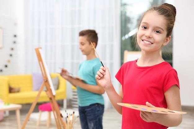 Mała dziewczynka maluje w domu