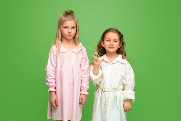 Mała dziewczynka marzy o przyszłym zawodzie kosmetologa