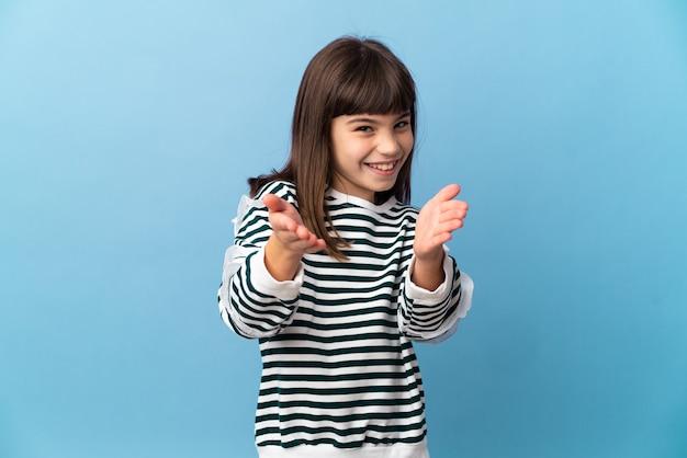 Mała dziewczynka na białym tle brawo po prezentacji na konferencji