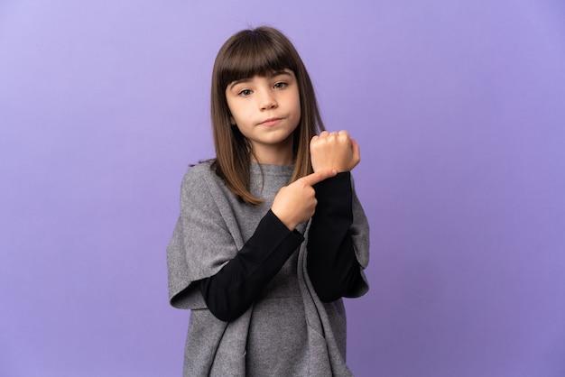 Mała dziewczynka na białym tle czyniąc gest spóźnienia