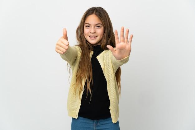 Mała dziewczynka na białym tle licząc sześć palcami