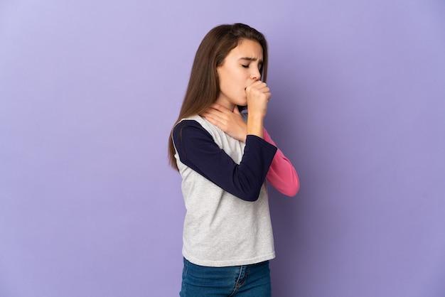 Mała dziewczynka na białym tle na fioletowym tle dużo kaszel