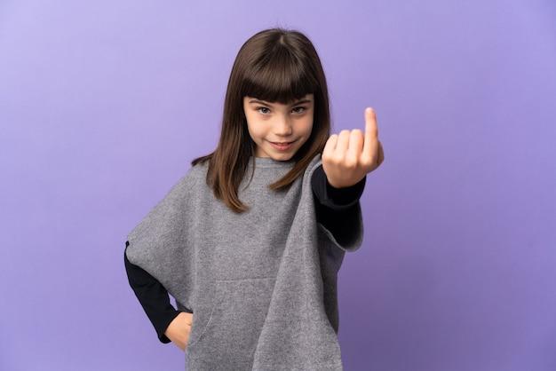 Mała dziewczynka na białym tle robi nadchodzący gest