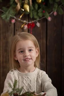 Mała dziewczynka na ciemnym drewnianym tle