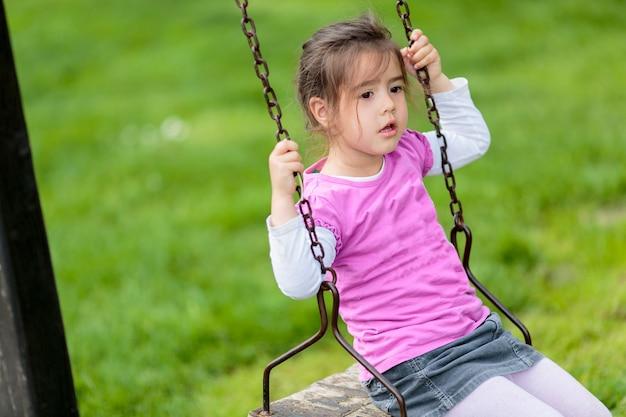 Mała Dziewczynka Na Huśtawce Premium Zdjęcia
