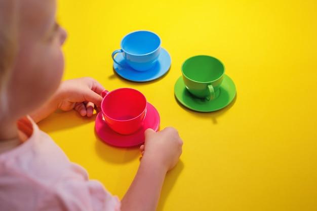 Mała dziewczynka na imprezie z herbatą