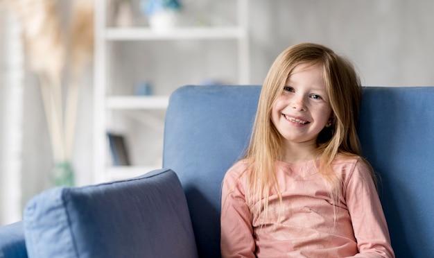 Mała dziewczynka na kanapie