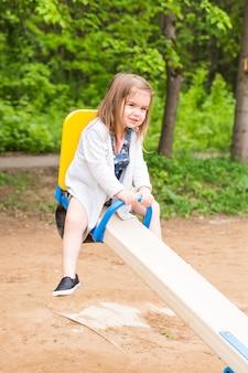 Mała dziewczynka na letnim placu zabaw