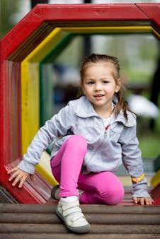 Mała Dziewczynka Na Placu Zabaw Premium Zdjęcia