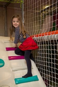 Mała dziewczynka na placu zabaw
