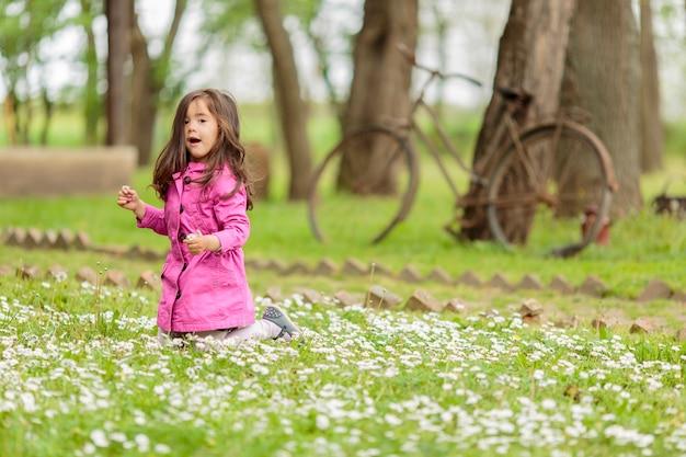 Mała dziewczynka na polu wiosny