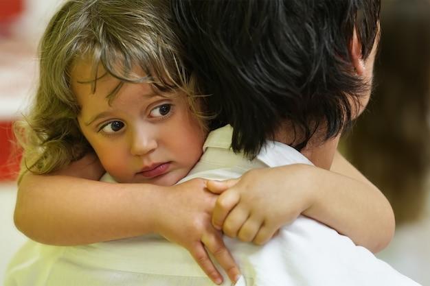Mała dziewczynka na ramieniu matki