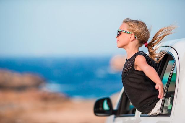 Mała dziewczynka na wakacje podróży samochodu onbeautiful krajobrazem