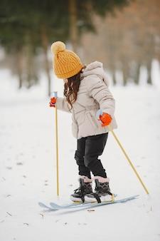 Mała dziewczynka narciarstwa biegowego