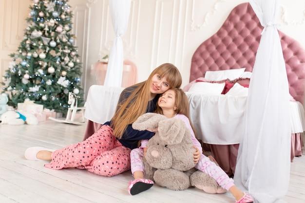 Mała dziewczynka nie chce iść spać w noc bożego narodzenia. świąteczna opowieść. szczęśliwe dzieciństwo