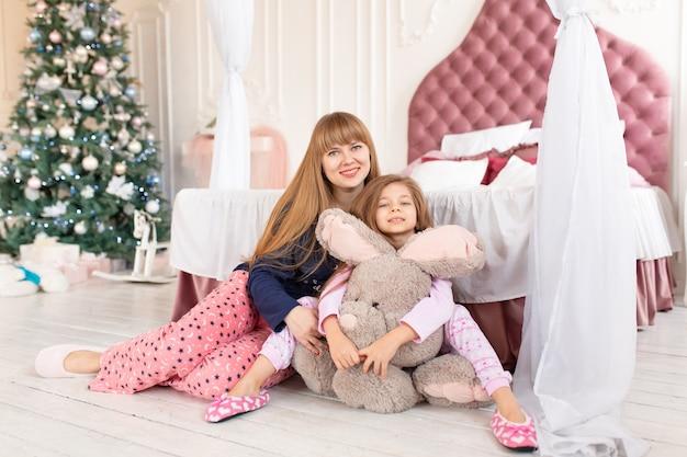 Mała dziewczynka nie chce iść spać w noc bożego narodzenia. świąteczna opowieść. szczęśliwe dzieciństwo.