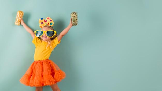 Mała dziewczynka nosi duże okulary przeciwsłoneczne z miejsca na kopię