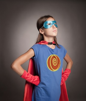 Mała dziewczynka nosi kostium superbohatera