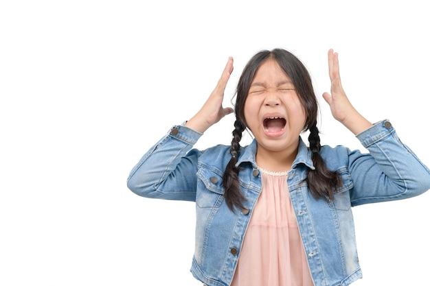 Mała dziewczynka nosi kurtkę dżinsy krzyk na białym tle, koncepcja emocji