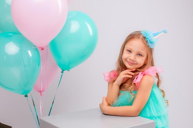 Mała dziewczynka obchodzi urodziny w studio