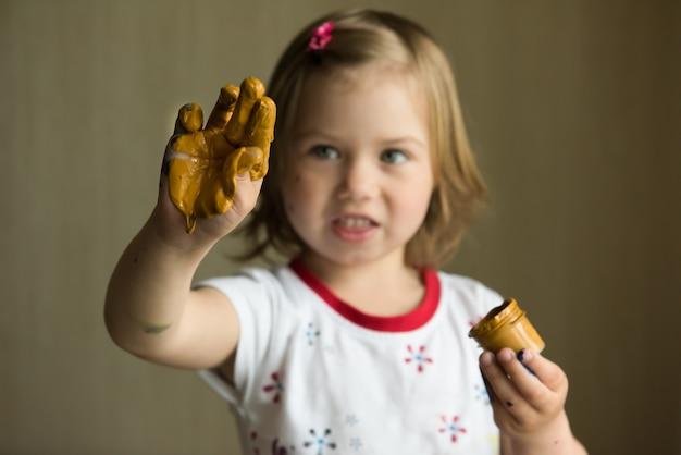 Mała dziewczynka obraz z jej palcami na szkle. selektywne ustawianie ostrości
