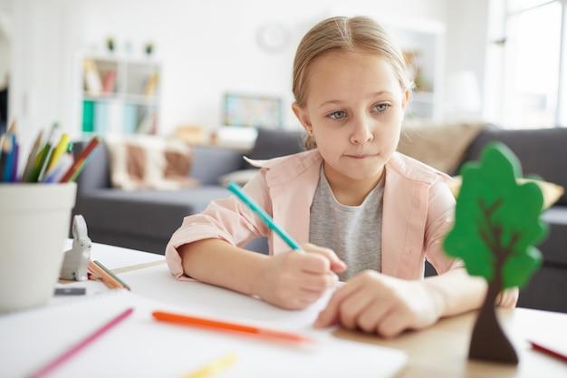 Mała dziewczynka odrabiania lekcji