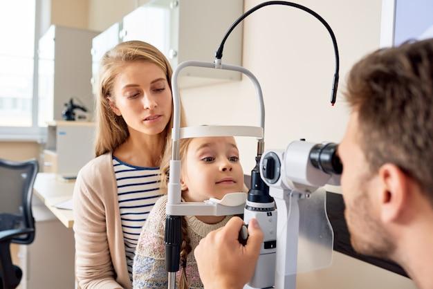 Mała dziewczynka odwiedza okulistę