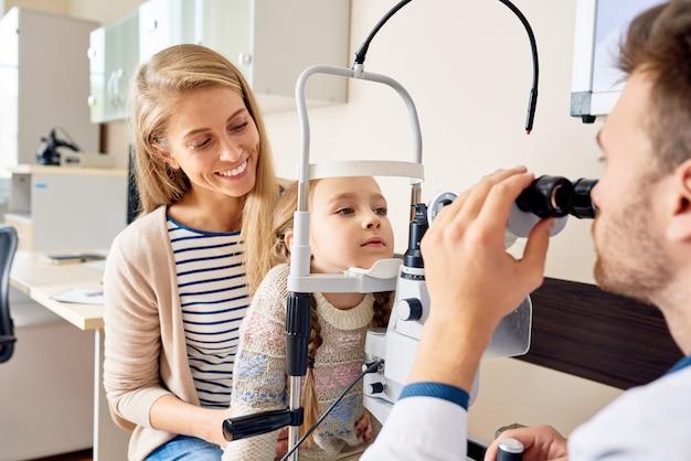 Mała dziewczynka odwiedza optyka