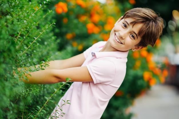 Mała dziewczynka, ośmioletnia, bawiąca się w miejskim parku.