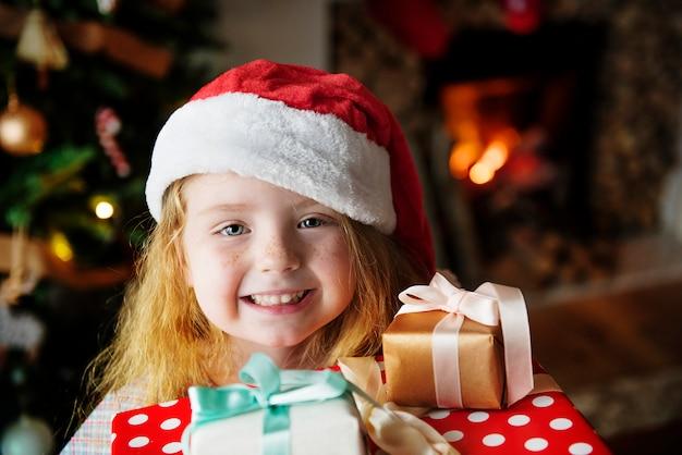 Mała dziewczynka otrzymywa bożenarodzeniowe teraźniejszość