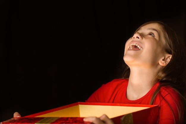 Mała dziewczynka otwiera magicznego boże narodzenie prezent