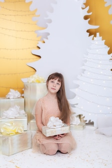 Mała dziewczynka otwiera prezent gwiazdkowy