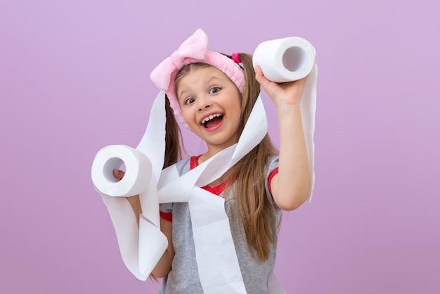 Mała dziewczynka owinęła się papierem toaletowym.
