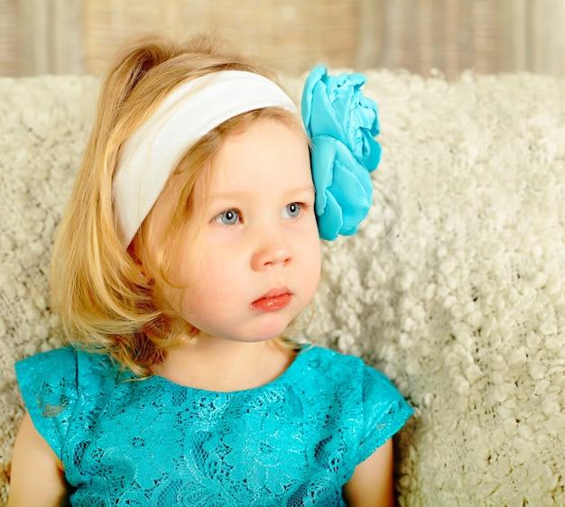 Mała dziewczynka patrzy w prawo