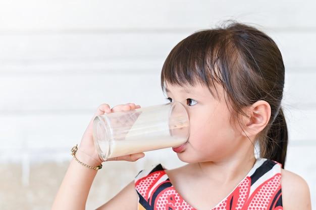 Mała dziewczynka pije mleko