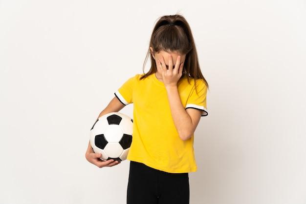 Mała dziewczynka piłkarz na białym tle na białym tle z wypowiedzi zmęczony i chory