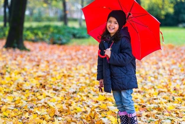 Mała dziewczynka pod parasolem