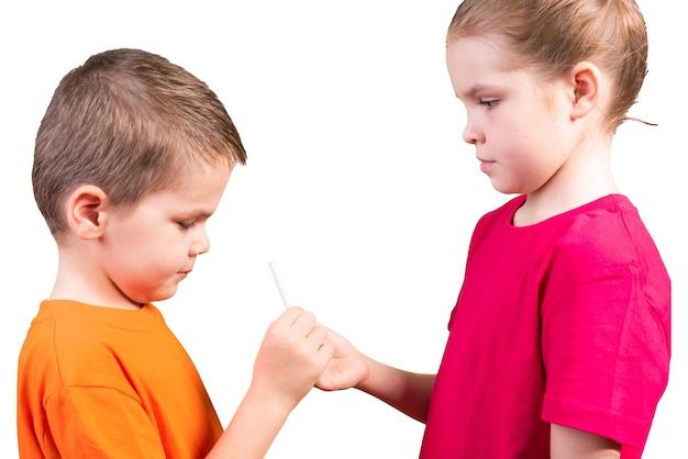 Mała dziewczynka podaje papierosa małemu chłopcu. pojedynczo na białym tle. w dowolnym celu.