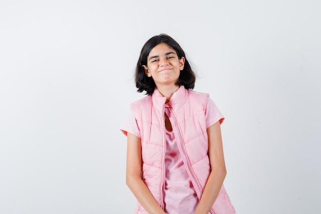 Mała dziewczynka pokazuje fałszywy uśmiech