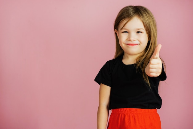 Mała dziewczynka pokazuje kciuk w górę
